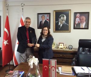 Başkonsolos İnanıroğlu TEMAD üyesi Adnan Coşkun Gücenmez'e plaket takdim etti